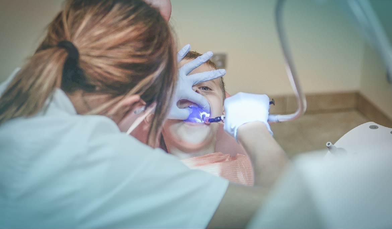¿Por qué es importante visitar regularmente al dentista?